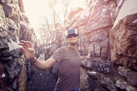 Photo pour Jeune homme avec des lunettes de réalité virtuelle - image libre de droit
