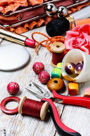 Photo pour Perles pour bijoux et sacs fourre-tout pour femmes avec cosmétiques - image libre de droit