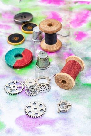 Photo pour Accessoires de perles et de fils pour la menuiserie sur planche de bois - image libre de droit