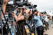 Fotografové a novináři na tiskové konferenci
