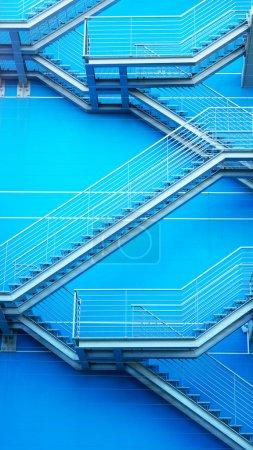 Photo pour Détail de l'escalier géométrique d'un immeuble situé dans le parc des Nations Unies dans la ville de Lisbonne, Portugal - image libre de droit