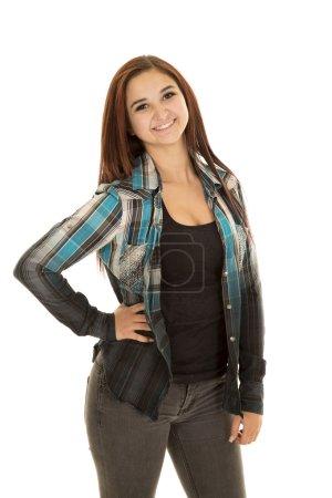Photo pour Une femme avec sa main sur la hanche, avec un sourire . - image libre de droit