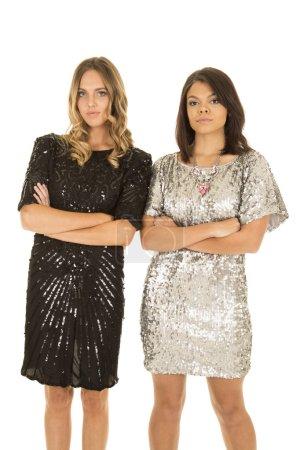 Photo pour Deux femmes debout côte à côte les bras croisés avec des expressions malheureuses isolées sur fond blanc - image libre de droit