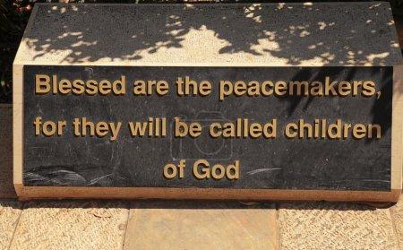 Photo pour Le Sermon sur la montagne (les Béatitudes) dans le parc du monastère sur le Mont des Béatitudes, sur le lac de Tibériade, Israël, Moyen-Orient. - image libre de droit