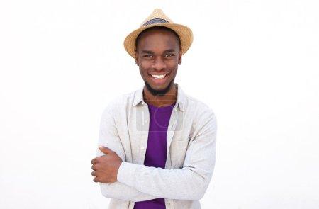 Photo pour Portrait d'un jeune homme cool avec les bras croisés sur fond blanc - image libre de droit