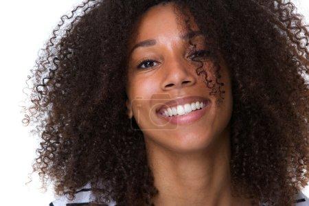 Photo pour Portrait d'une belle jeune femme africaine souriante de près - image libre de droit