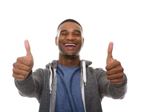 Photo pour Portrait d'un jeune homme afro-américain souriant avec les pouces en signe de près - image libre de droit