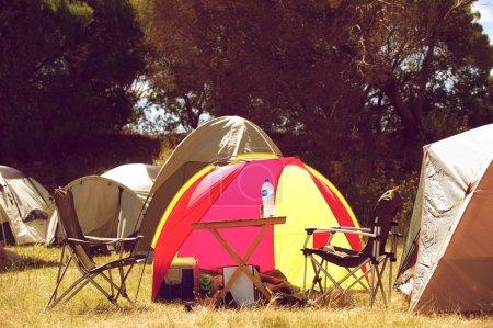 Photo pour Groupe de tentes avec chaises et table à l'extérieur - image libre de droit