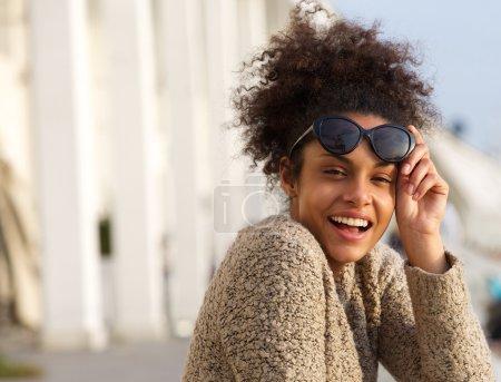 Photo pour Gros plan portrait d'une jeune femme joyeuse riant dehors - image libre de droit