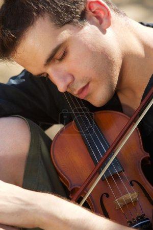 Photo pour Portrait d'un homme qui dort avec son violon - image libre de droit