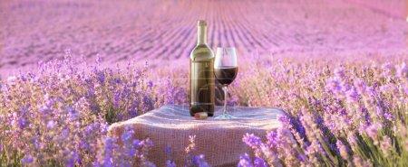 Bouteille de vin contre lavande