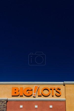 Photo pour Big Lots magasin de détail extérieur. Big Lots vend de la nourriture, des articles ménagers et des petits produits électroniques surchargés . - image libre de droit