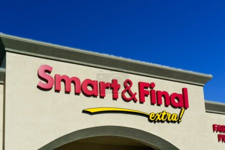 Photo pour Smart and Final retail exterior and sign. Smart and Final is a chain of warehouse-style food and supply stores based in Commerce, California. - image libre de droit