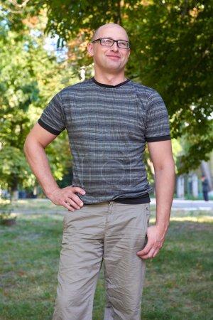 Photo pour Portrait d'homme extérieur, habillé en tissu décontracté et lunettes - image libre de droit