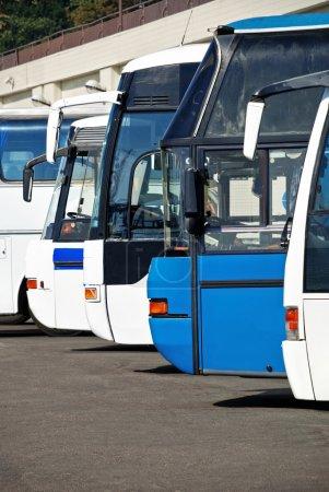 Photo pour Bus touristiques à la gare routière attendent les passagers, les personnes Voyage et le concept de transport - image libre de droit