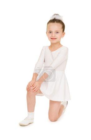Photo pour Petite fille dansant dans une robe de bal blanche - image libre de droit