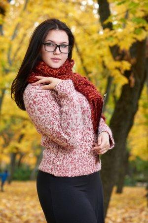 Photo pour Beau portrait de jeune fille avec des lunettes dans le parc de la ville jaune, saison d'automne - image libre de droit
