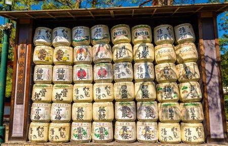 Photo pour Fûts de saké au sanctuaire Heian à Kyoto, Japon - image libre de droit