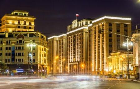Photo pour Vue de nuit de la Douma d'Etat à Moscou, Russie - image libre de droit