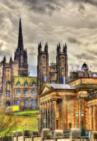 Photo pour Vue du nouveau collège et la National Gallery of Scotland à Édimbourg - image libre de droit