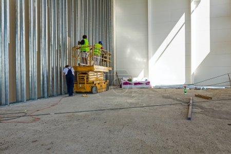 Scherenhebebühne auf einer Baustelle.