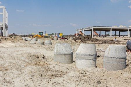 Photo pour Tuyau d'armature en béton pour le drainage des eaux usées des résidents . - image libre de droit