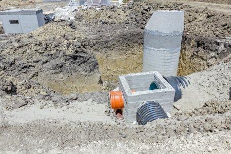 Photo pour Processus d'assemblage boîtier d'armature en béton pour le drainage des eaux usées du système d'égout sanitaire résident. Le paysage se transforme en grande zone urbaine . - image libre de droit