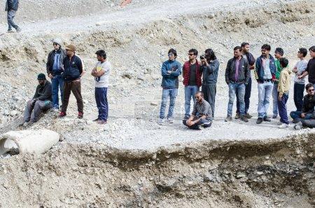 Photo pour Ladakh, Inde - 20 juillet 2015 : Des voyageurs indiens en attente quittent la route de Manali touchés par un glissement de terrain - image libre de droit