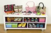 Spousta příslušenství barevné léto na polici. Tašky, šperky, boty a sandály pěkně uspořádané na polici