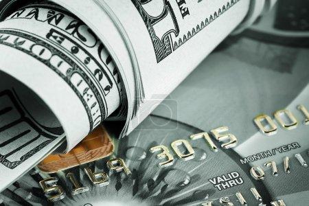 Photo pour Contexte de dollars et de cartes bancaires teintées en vert - image libre de droit