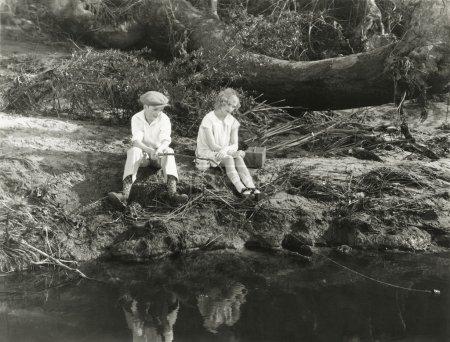 Photo pour Pêcher allé. Deux personnes sur un lac de pêche - image libre de droit