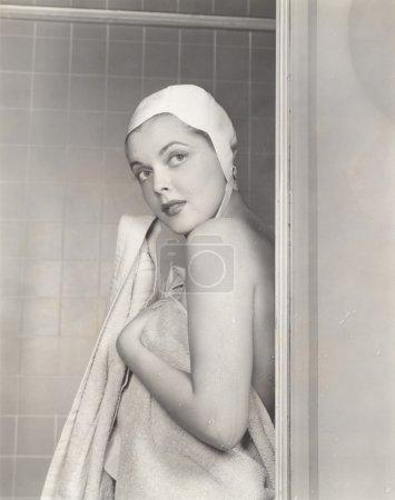 Photo pour Jeune femme Séchage après une douche - image libre de droit