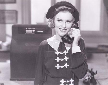 Photo pour Jeune femme souriante au téléphone - image libre de droit