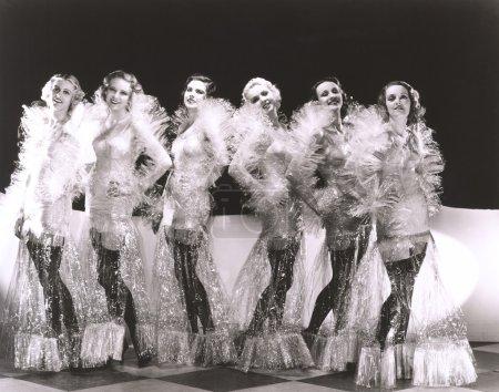 Photo pour Jeunes femmes habillées en costumes de cellophane - image libre de droit