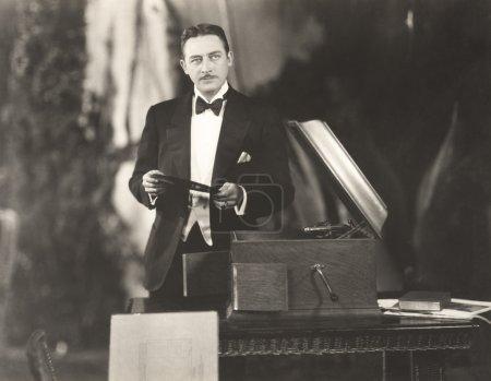 Photo pour Homme Écouter de la musique à l'ancienne - image libre de droit