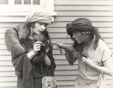 Photo pour Il a les crocs. deux femmes debout dans la rue - image libre de droit