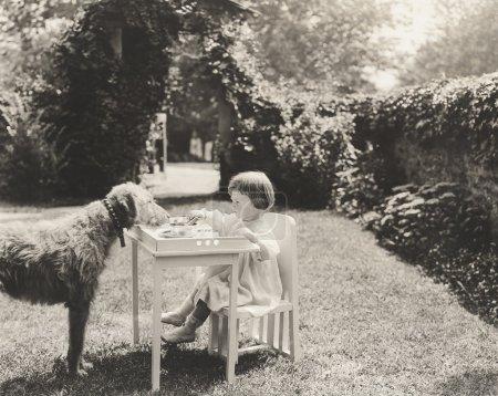 Enfant et chien à l'extérieur face à face