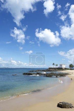 Photo pour Vue tropicale panoramique de la plage de la ville de Praia Porto da Barra avec vue sur la Forte Santa Maria à Salvador Bahia Brésil - image libre de droit