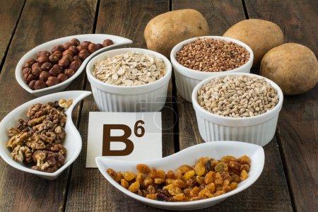 Photo pour Ingrédients riches en vitamine B6 : pommes de terre, noisettes, noix, sarrasin, flocons d'avoine, orge - image libre de droit