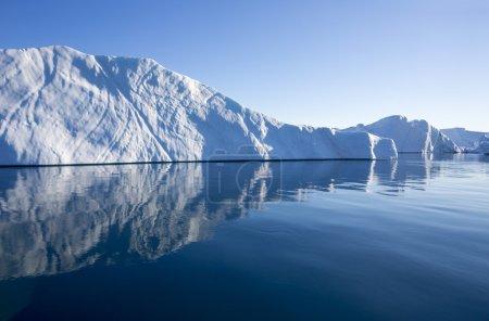 Photo pour Voyage à bord du navire scientifique parmi les glaces. Étude d'un phénomène de réchauffement climatique. Importance de la préservation de l'équilibre écologique. Fjords en eau profonde à l'eau claire. - image libre de droit