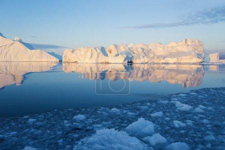 Photo pour Glaciers et icebergs du Groenland contre un ciel coloré. Paysage naturel du Groenland - image libre de droit