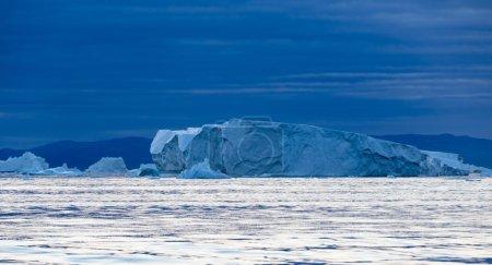 riesige Eisberge unterschiedlicher Form