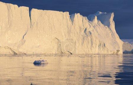 Photo pour D'énormes icebergs de différentes formes dans le golfe. Groenland . - image libre de droit