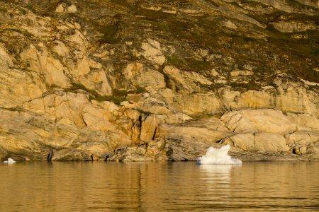 Photo pour Nature et paysages du Groenland. Voyagez sur le navire scientifique parmi les glaces. Étude d'un phénomène de réchauffement climatique. Glaces et icebergs de formes et de couleurs inhabituelles . - image libre de droit