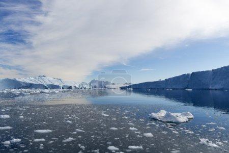 Photo pour Voyagez sur le navire scientifique parmi les glaces. Étude d'un phénomène de réchauffement climatique. Glaces et icebergs de formes et de couleurs inhabituelles . - image libre de droit