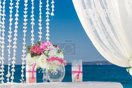 Photo pour Mettre en place, réception de mariage en plein air tropical, belle cabana, arc de mariage de mariage de plage - image libre de droit