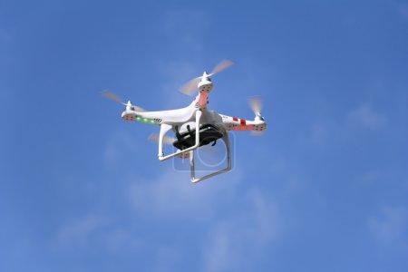 Photo pour Drone quadcopter radiocommandé avec caméra smartphone montée . - image libre de droit