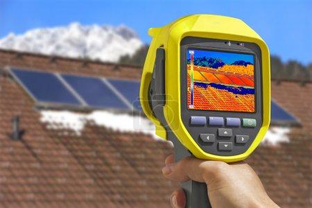 Foto de Grabación de paneles solares fotovoltaicos en el techo Casa con cámara térmica - Imagen libre de derechos