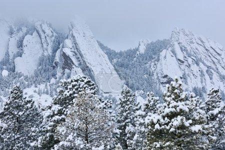 Photo pour Paysage hivernal des Flatirons afflué de neige, Montagnes Rocheuses, Boulder, Colorado, USA - image libre de droit