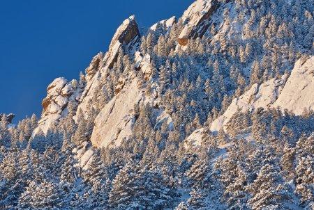 Photo pour Paysage hivernal des Flatirons sur Bear Peak au lever du soleil, Montagnes Rocheuses, Boulder, Colorado, USA - image libre de droit